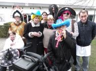 onze bonte carnavalsstoet trekt met veel getoeter naar 't Cafetaria